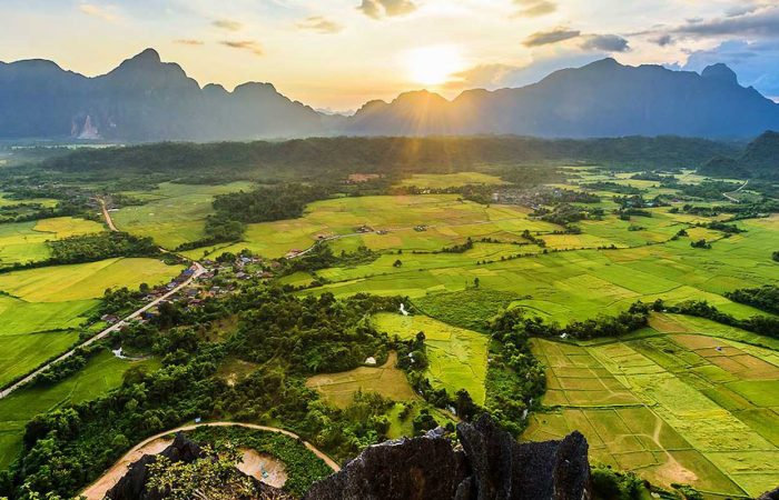 Coucher de soleil dans une vallée au Laos