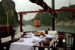 Repas luxueux sur le pont d'une jonque sur le Mékong