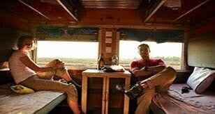 Couple dans une cabine dans un train-lit