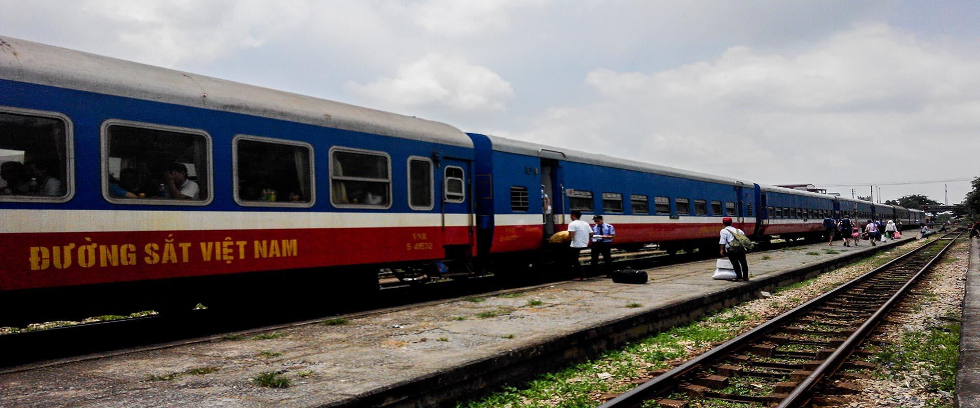Passagers montant dans un train vietnamien