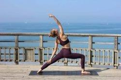 femme yoga face à la mer birmanie