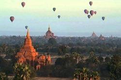 montgolfières au dessus de bagan birmanie
