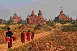 moines allant vers bagan birmanie