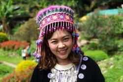 jeune femme en habit traditionnel chiang mai thailande