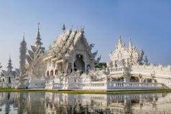 Temple blanc entouré d'eau