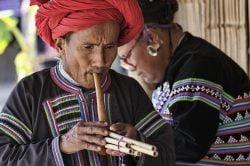 homme et femme en tenue traditionnelle chiang mai