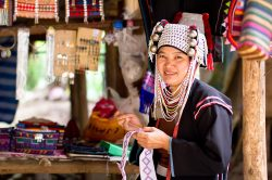 femme en tenue traditionnelle chiang mai