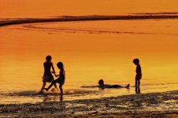enfants sur la plage de Koh Samui Thailande