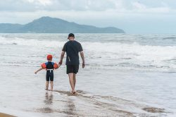pere et fils plage phuket thailande