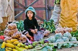 jeune fille au marché birmanie