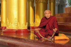 moine dans une pagode birmanie