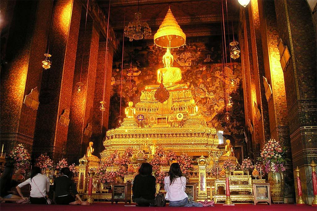 temple avec statue de Bouddha à Bangkok