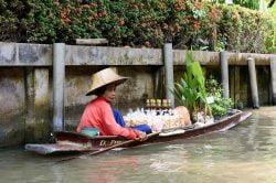 femme en bateau sur la rivière à Bangkok