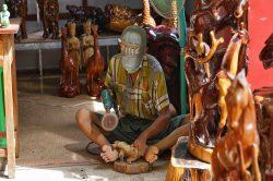 homme sculptant du bois birmanie